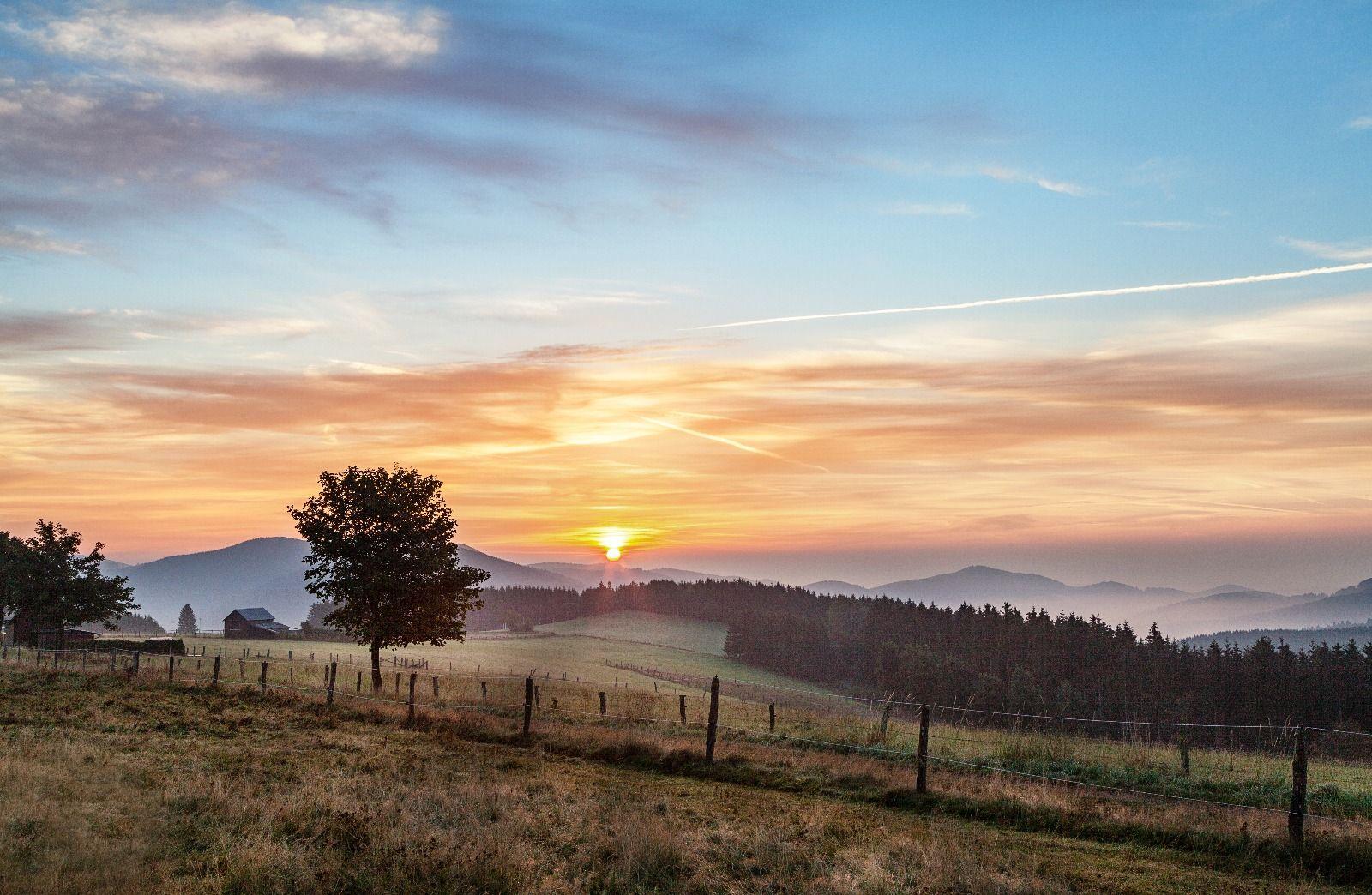 Sonnenuntergang mit Blick auf die Winterberger Hügellandschaft
