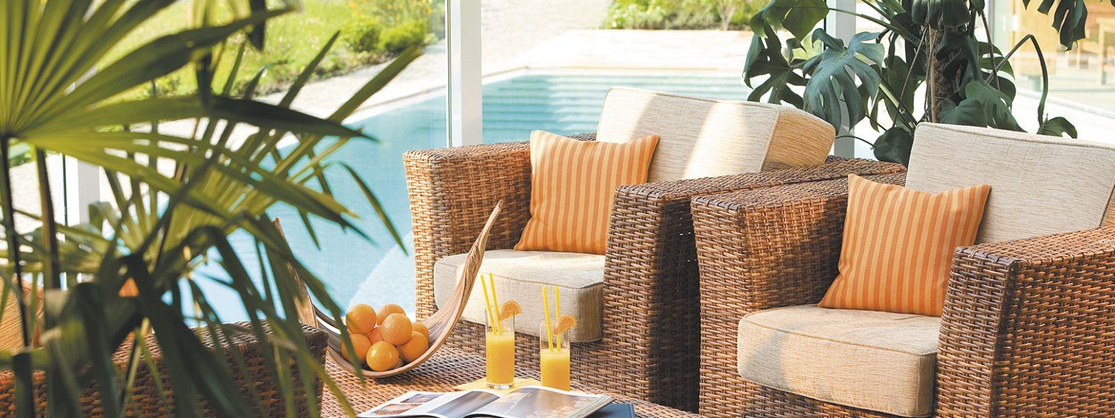 Relaxstühle im Schwimmbad-Bistro für die Familien.Ferienzeit im Hotel Deimann