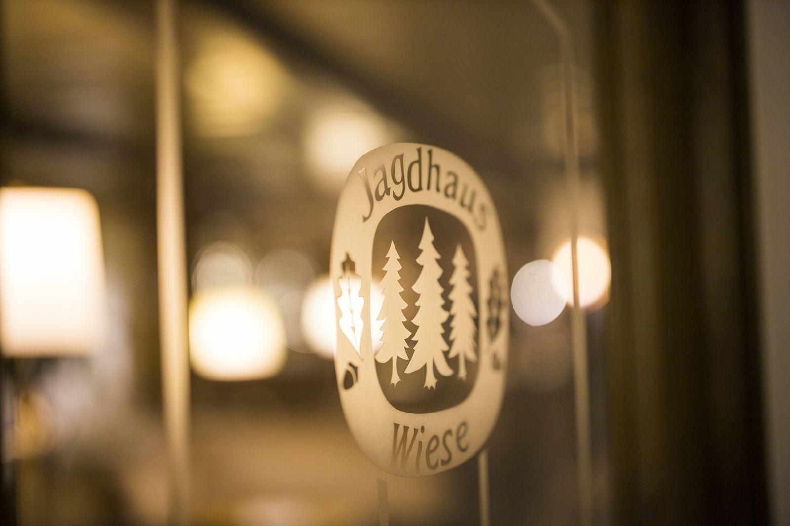 Logo vom Jagdhaus Wiese auf Glastür