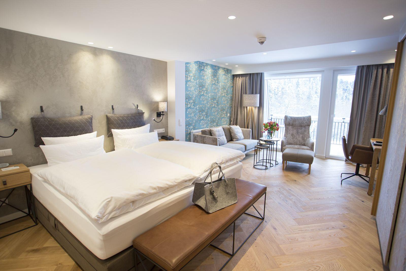 Zimmer mit Doppelbett und Sitzgruppe im Jagdhaus Wiese