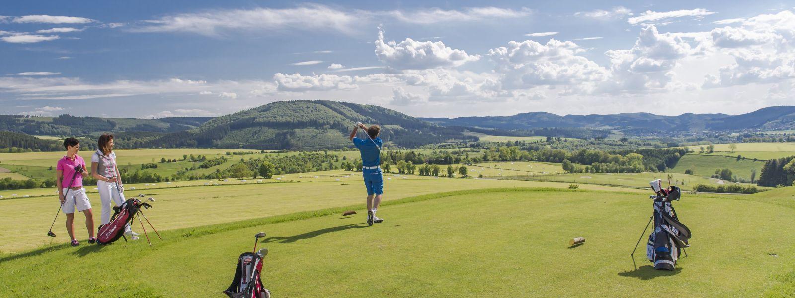 Golfspieler beim Abschlag während seines Golftrips al gusto