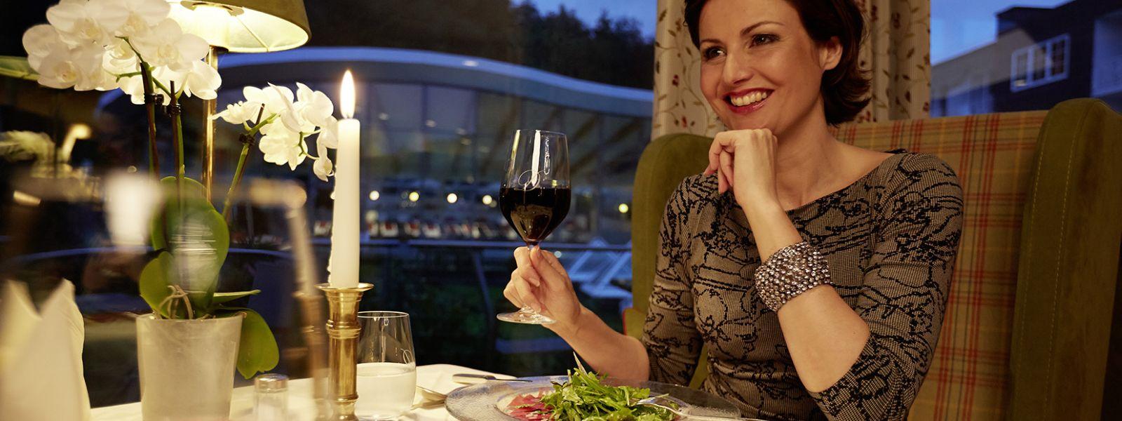 Frau mit einem Glas Wein während der Romantik Tage