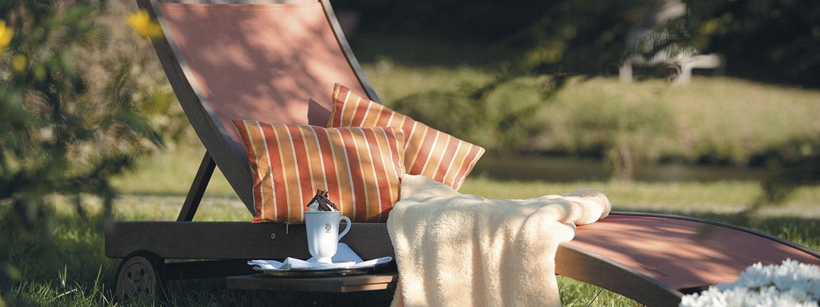 Liegestuhl im Hotelgarten für eine schöne SPA-Zeit