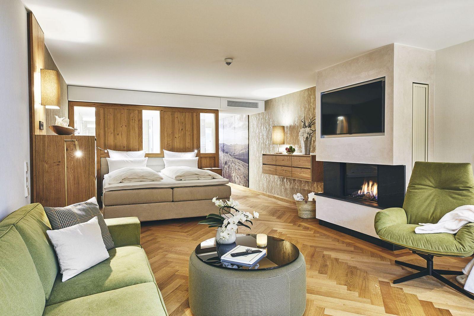 Juniorsuite im Sorpehaus mit Doppelbett, Sitzgruppe und Elektro-Kamin