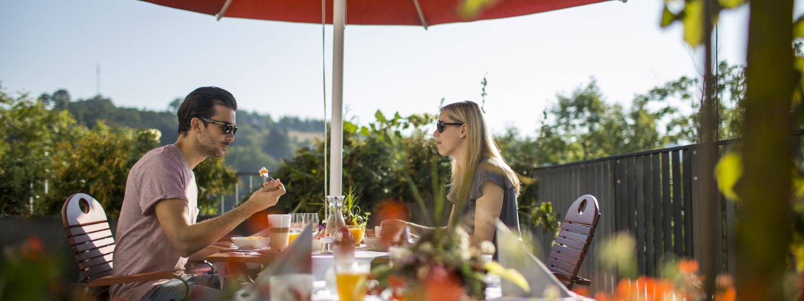 Ein Paar beim Frühstück auf der Terrasse