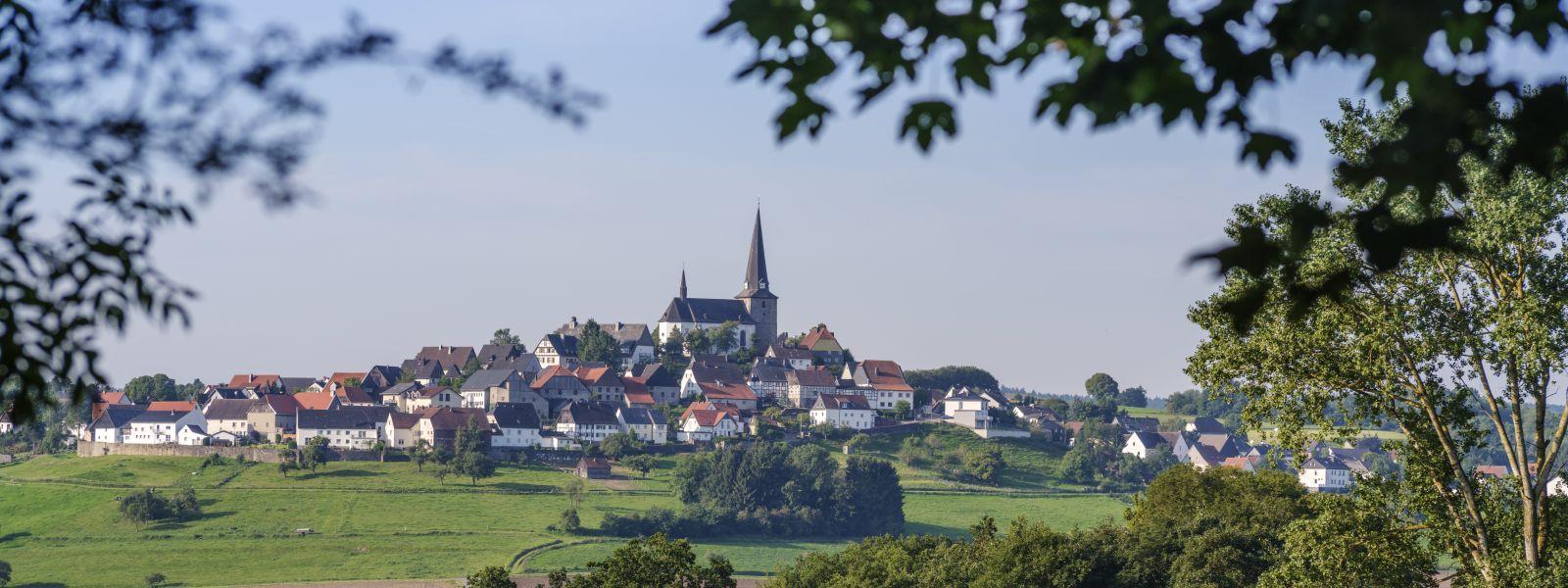 Aussicht auf Kallenhardt im Sommer für genussvolle Wandertage