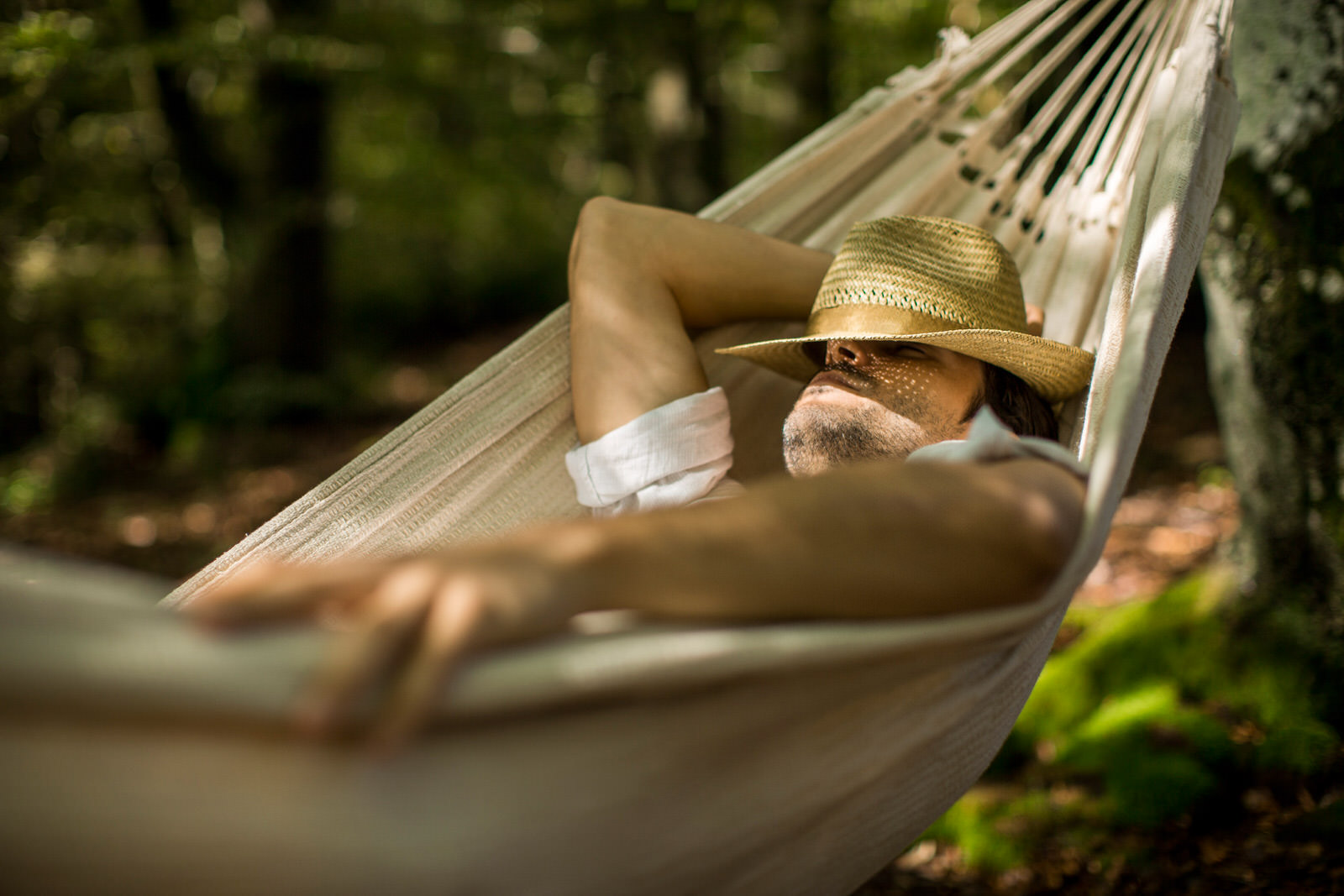 Entspannen in der Hängematte im Wald